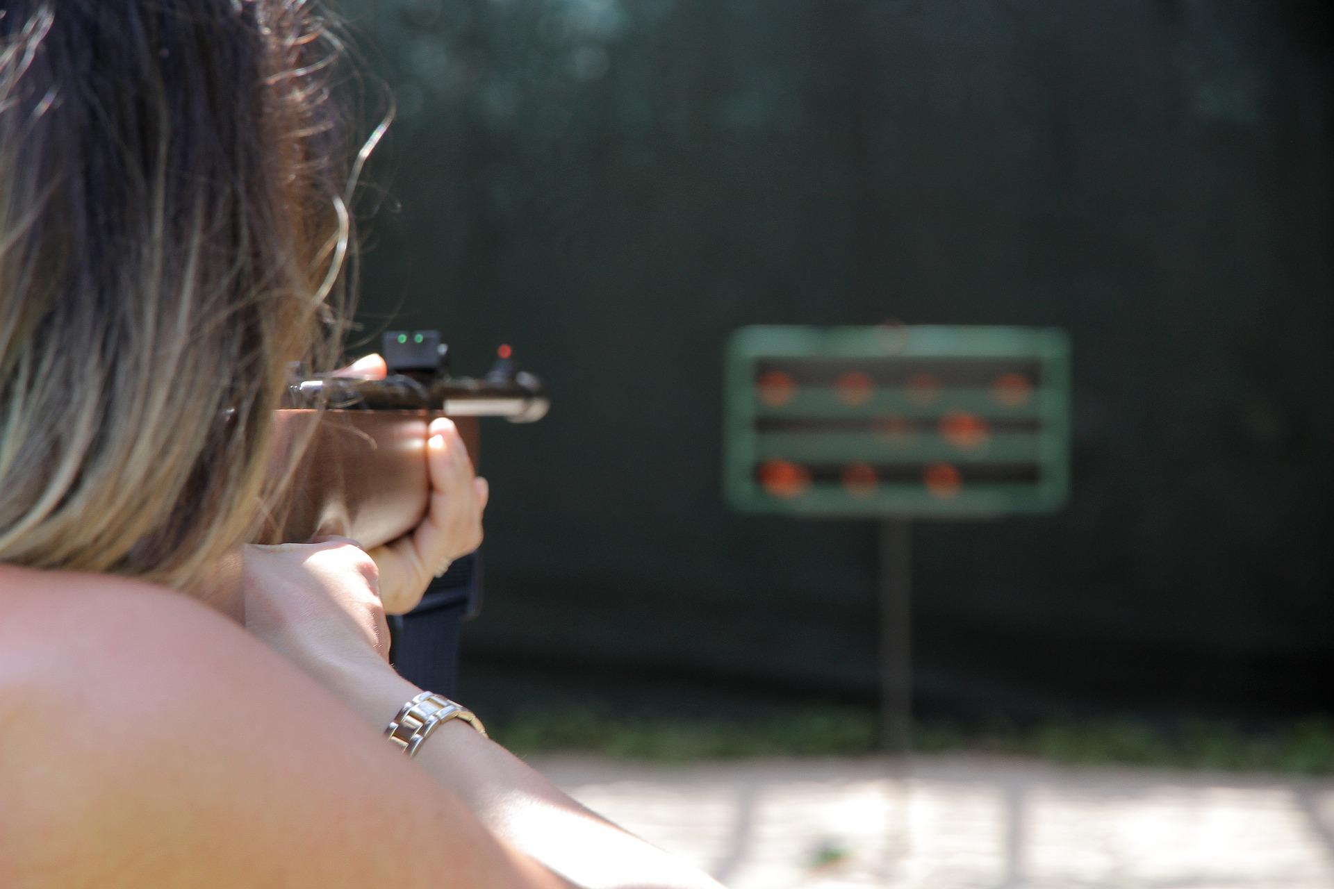 Žena střílející ze vzduchovky